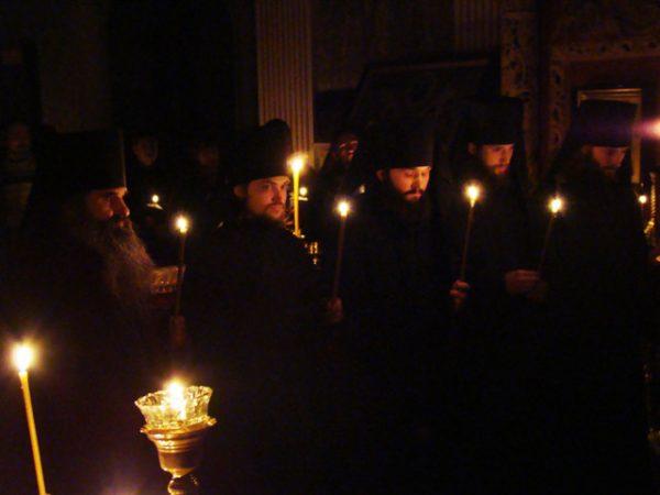 rugaciune-noapte-calugari-monahi-lumanari-biserica