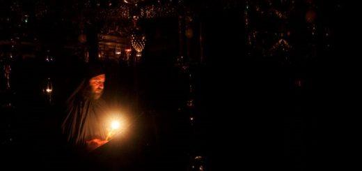 calugar-monah-lumanare-biserica