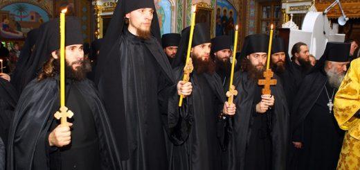 calugari-monahi-lumanari-biserica