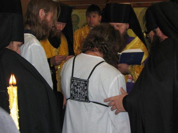 calugari-monahi-rugaciuni-biserica