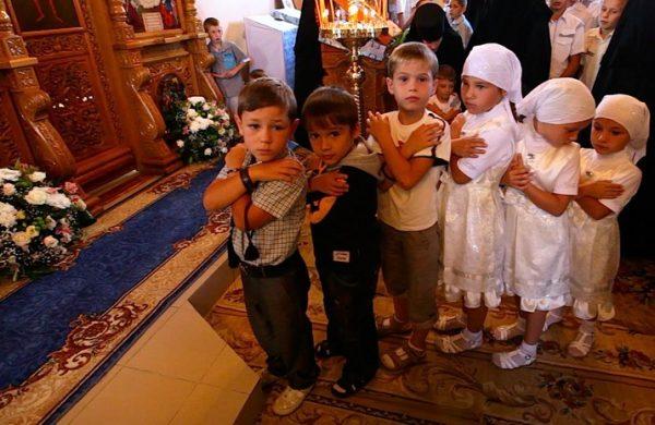 copii-baieti-fetite-biserica