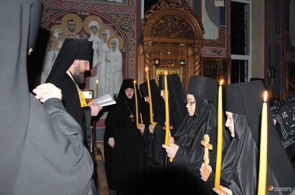 monahi-monahii-calugari-calugarite-preot-rugaciune-lumanari-biserica