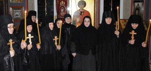 monahii-calugarite-lumanari-biserica