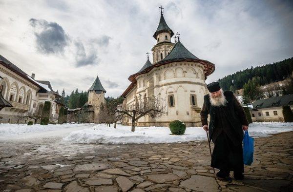dupa-amiaza_linistita_la_manastirea_putna_bucovina_monah_calugar