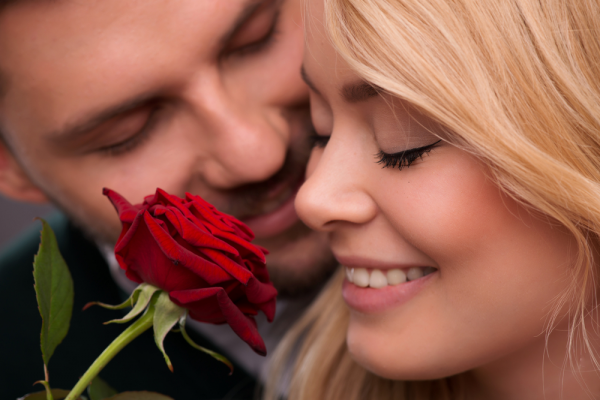 barbat-femeie-floare-trandafir-prieteni-iubiti-tineri