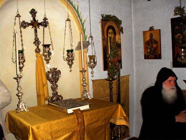 calugar-monah-evanghelie-biserica