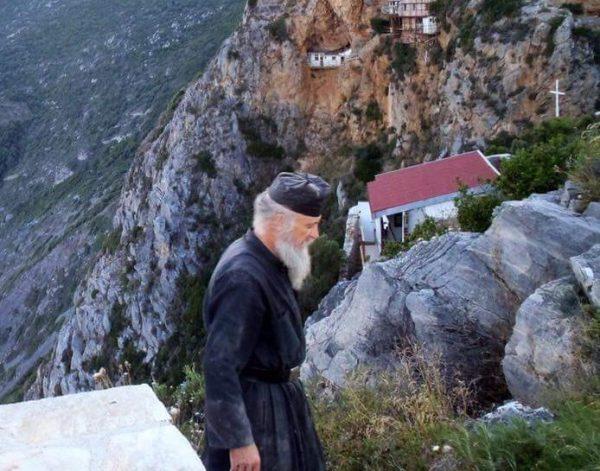 calugar-monah-pustnic-munti-athos