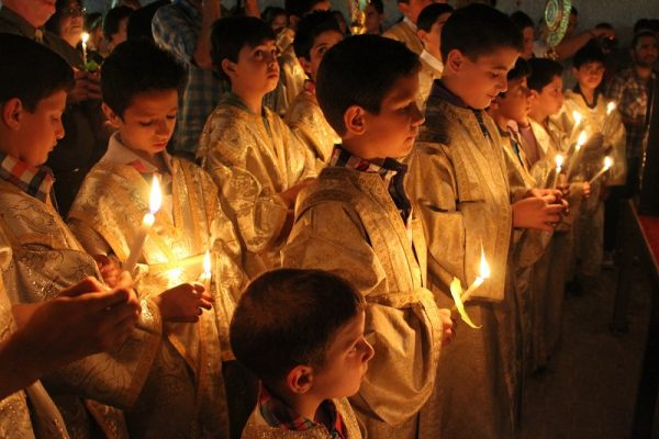 copii-biserica-lumanari