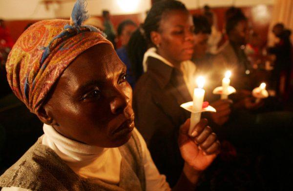 femeie-negresa-biserica-lumanare-rugaciune