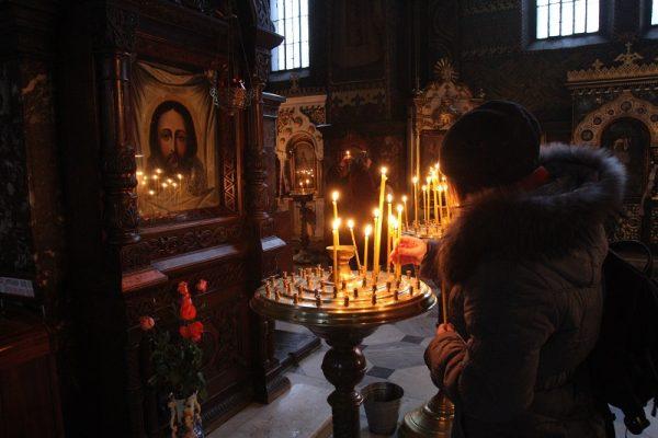 icoana-mantuitorului-biserica-femeie-rugaciune-lumanare-iisus-hristos-altar