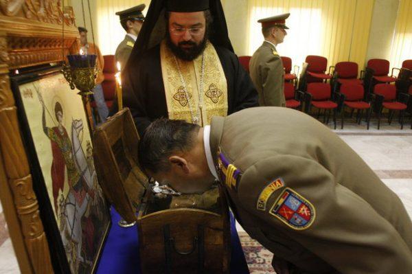 militarii-inchina-moaste-preot-biserica-resize