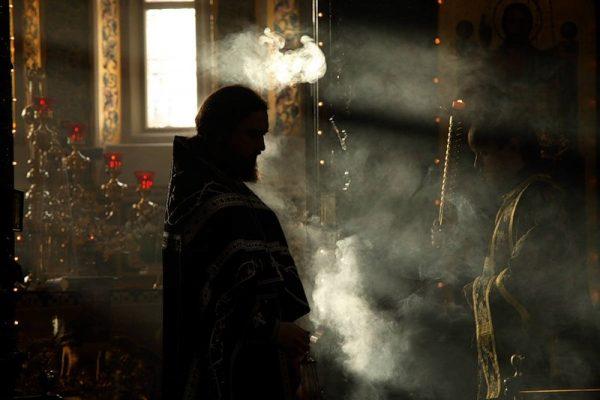 preot-biserica-altar-tamaie