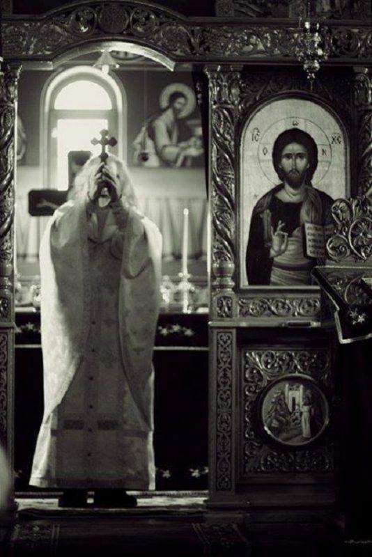 preot-biserica-liturghie-cruce-rugaciune
