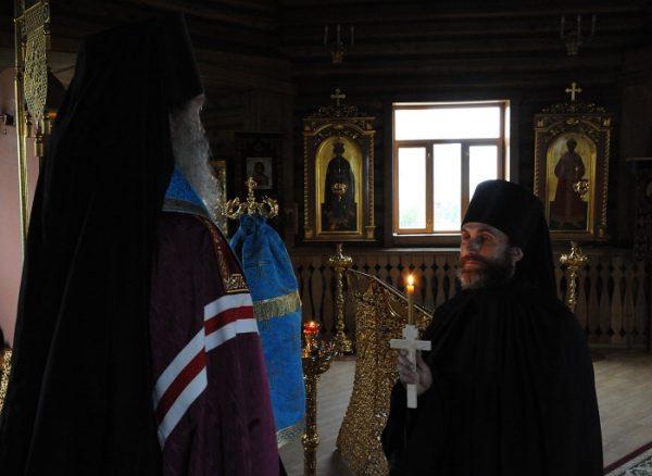preot-episcop-biserica-lumanare-cruce