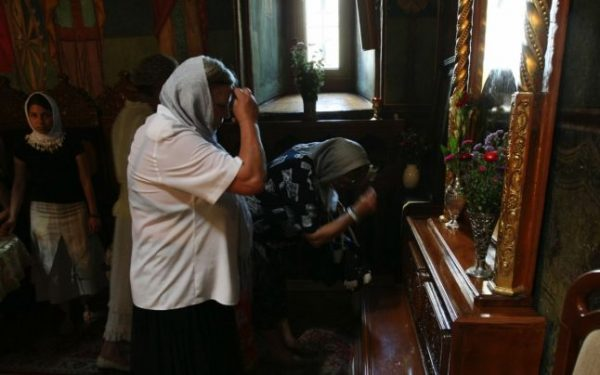 rugaciune-icoana-femei-biserica
