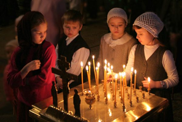 copii-fetite-baiat-biserica-lumanari-cruce