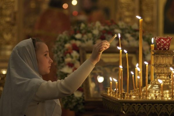 copil-fetita-biserica-lumanare-rugaciune