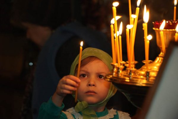 copil-fetita-lumanare-rugaciune