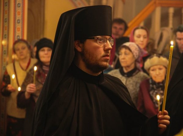 preot-calugar-biserica-femei-rugaciune-lumanari