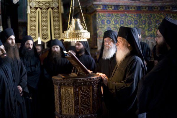 preoti-calugari-monahi-rugaciune-biserica
