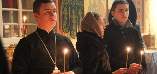 rugaciune-barbati-femeie-biserica-lumanare